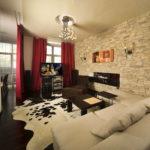 Декоративный камень в интерьере гостиной - фото (9)