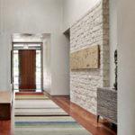 Декоративный камень в интерьере прихожей - фото (14)