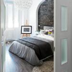 Декоративный камень в интерьере спальни - фото (12)