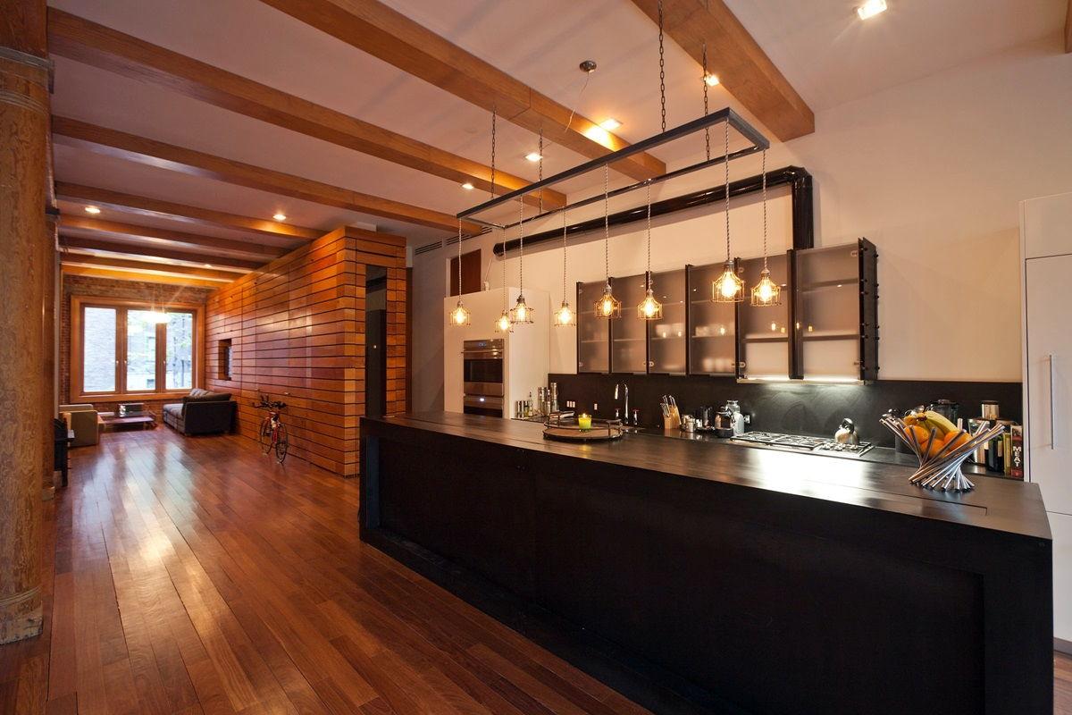Мебельный гарнитур вдоль стены на кухне в стиле лофт