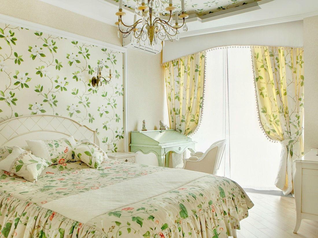 Обои с цветочным принтом для спальни в стиле прованс