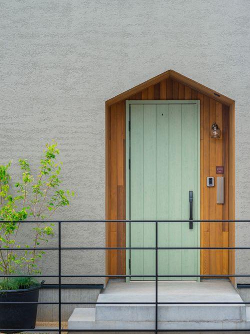Деревянные двери для дома в скандинавском стиле