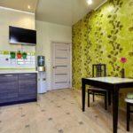 Бумажные обои в интерьере кухни (11)