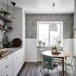Бумажные обои в интерьере кухни (12)