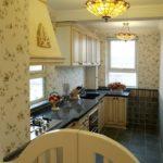 Бумажные обои в интерьере кухни (13)