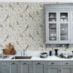Бумажные обои в интерьере кухни (14)