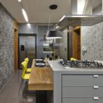 Бумажные обои в интерьере кухни (7)