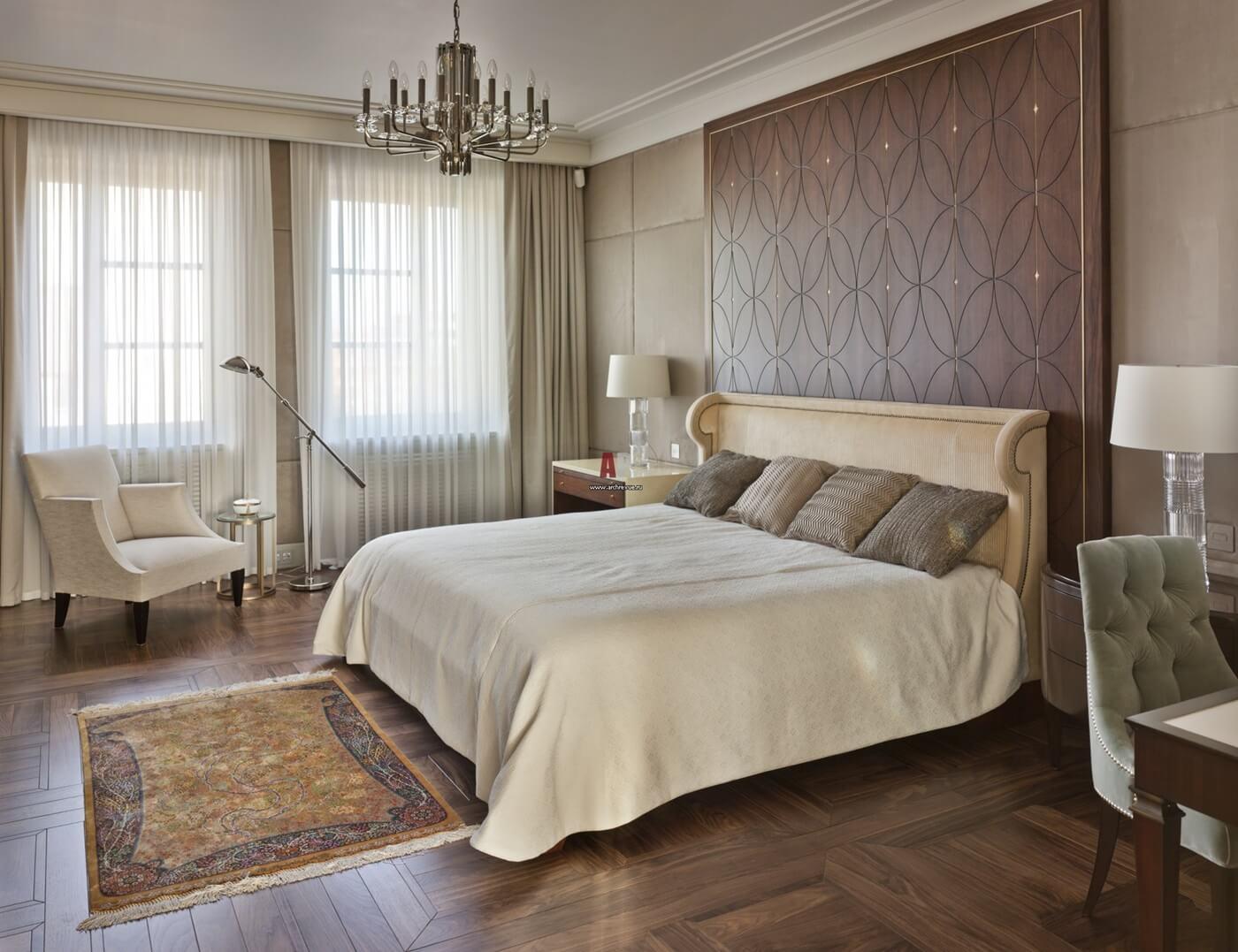 Деревянные панели в отделке стен спальни