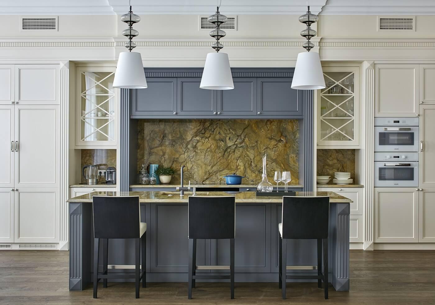 Выделение цветом фрагмента мебели на кухне в неоклассическом стиле