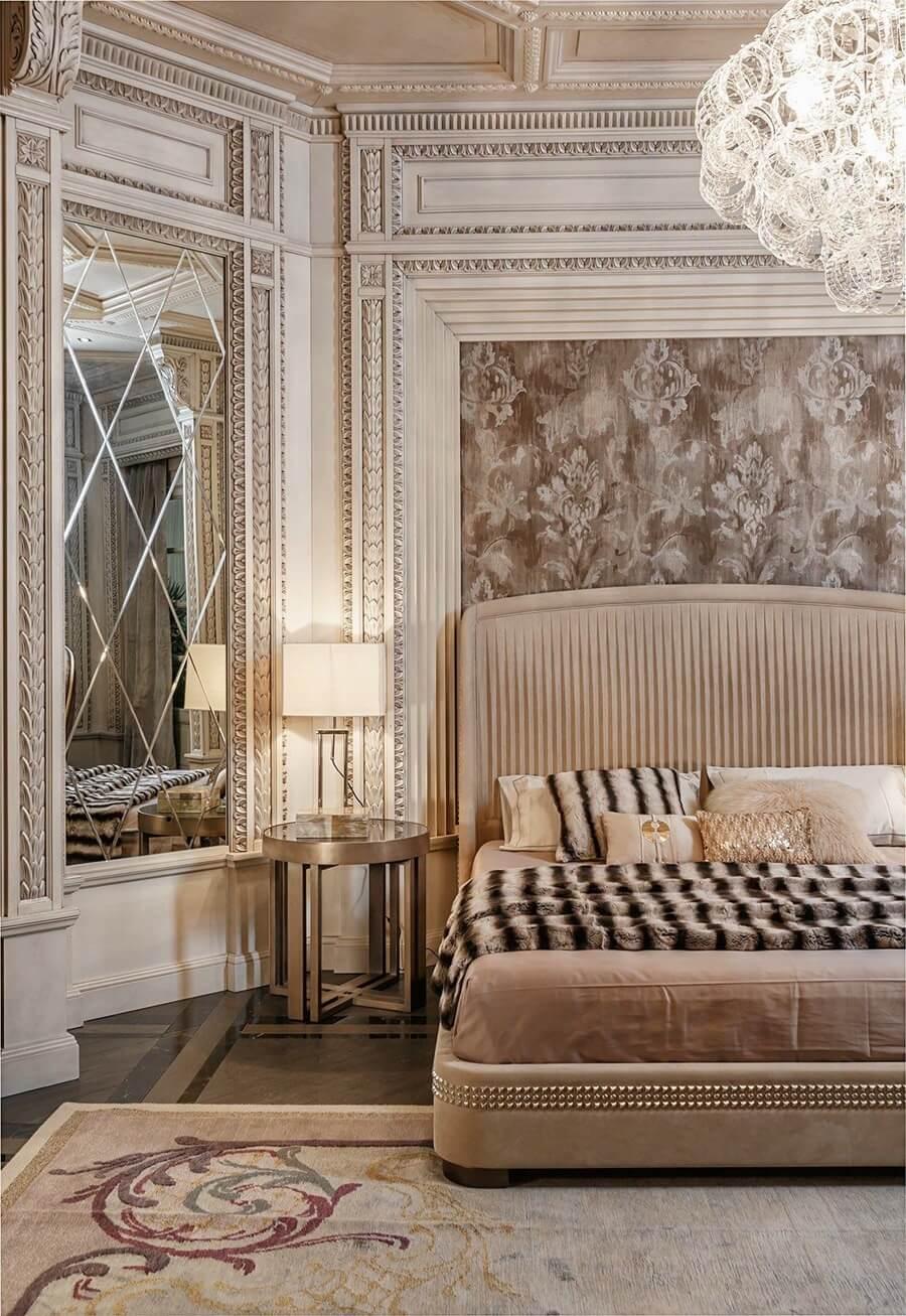Зеркальные стеновые панели в интерьере неоклассической спальни
