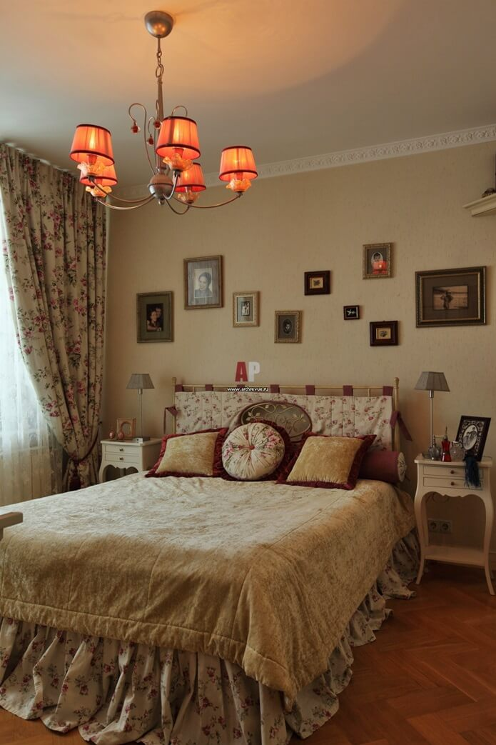 Бежевая спальня в стиле кантри