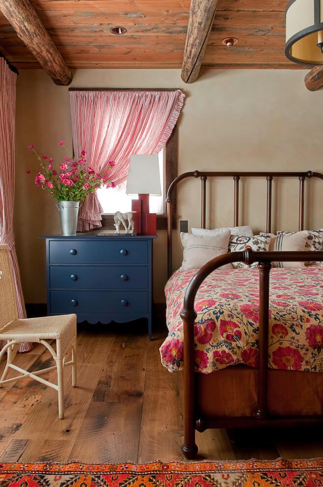 Цвета в интерьере спальни в стиле кантри