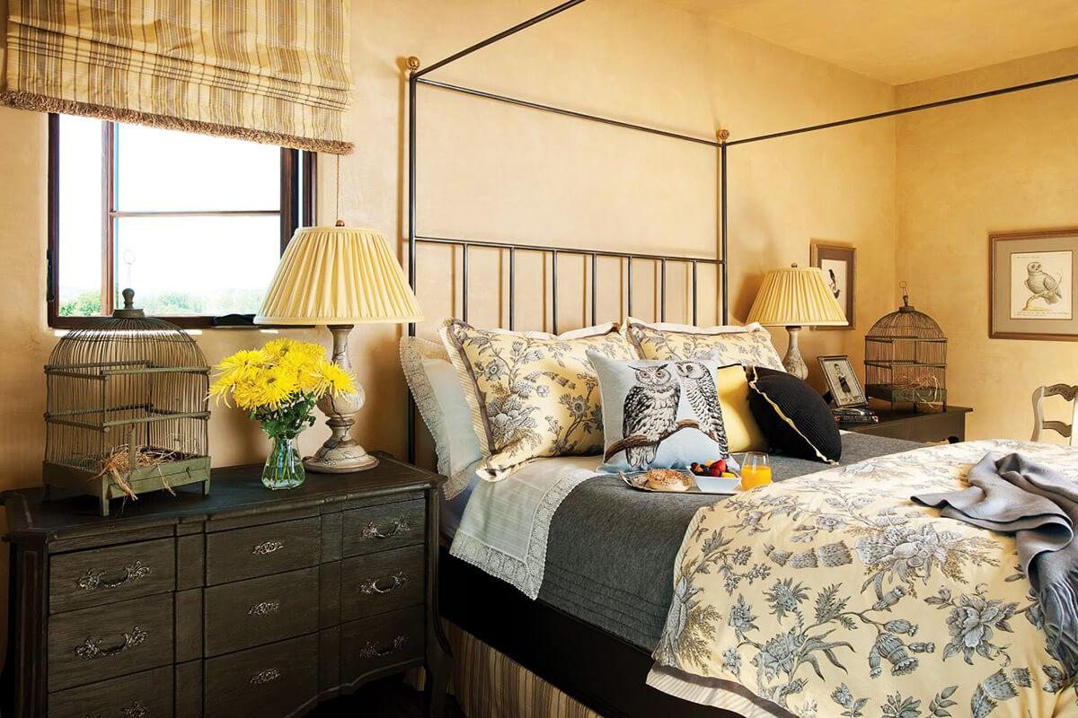 Спальня в стиле кантри - аксессуары и декор
