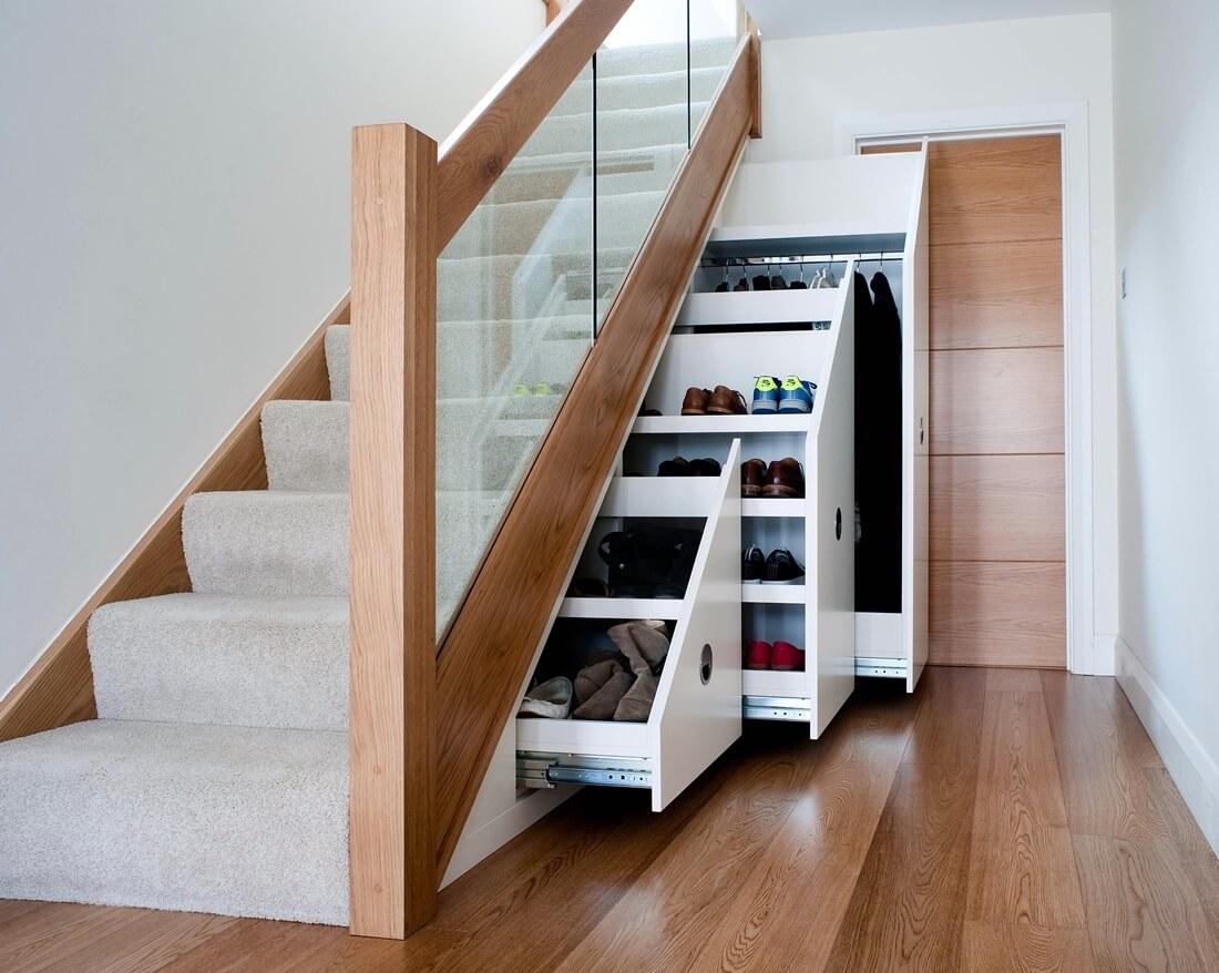 Гардеробная под лестницей - фото