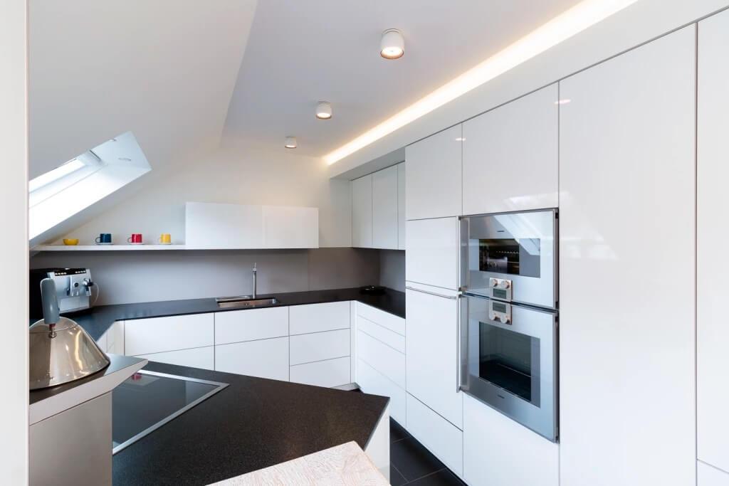 Отделка потолка на кухне в стиле хай-тек - фото