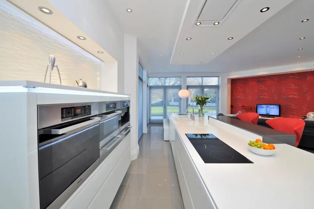 Отделка потолка на кухне в стиле хай-тек