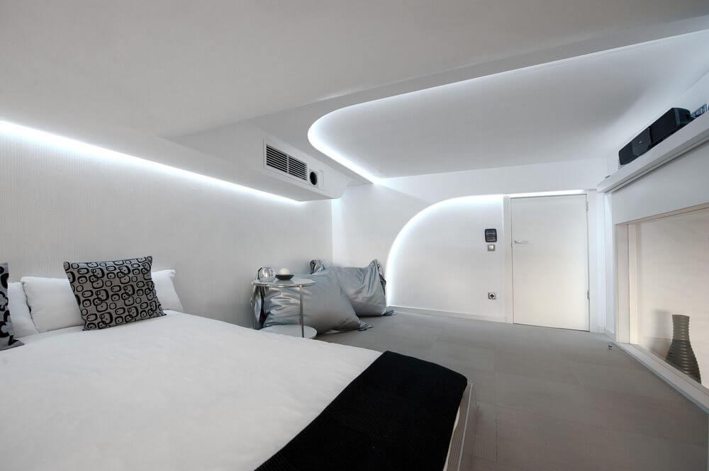 Отделка стен в интерьере спальни хай-тек