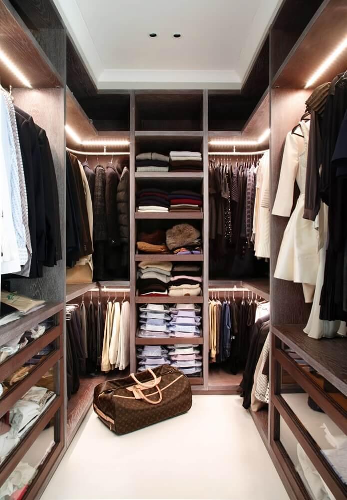 Полки с подсветкой в гардеробной