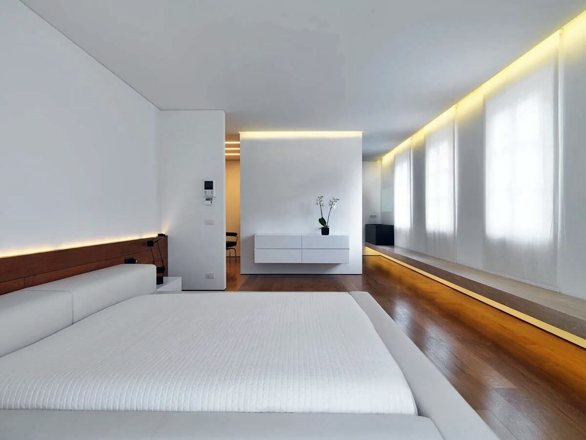 Светодиодная подсветка в спальне в стиле хай-тек - фото