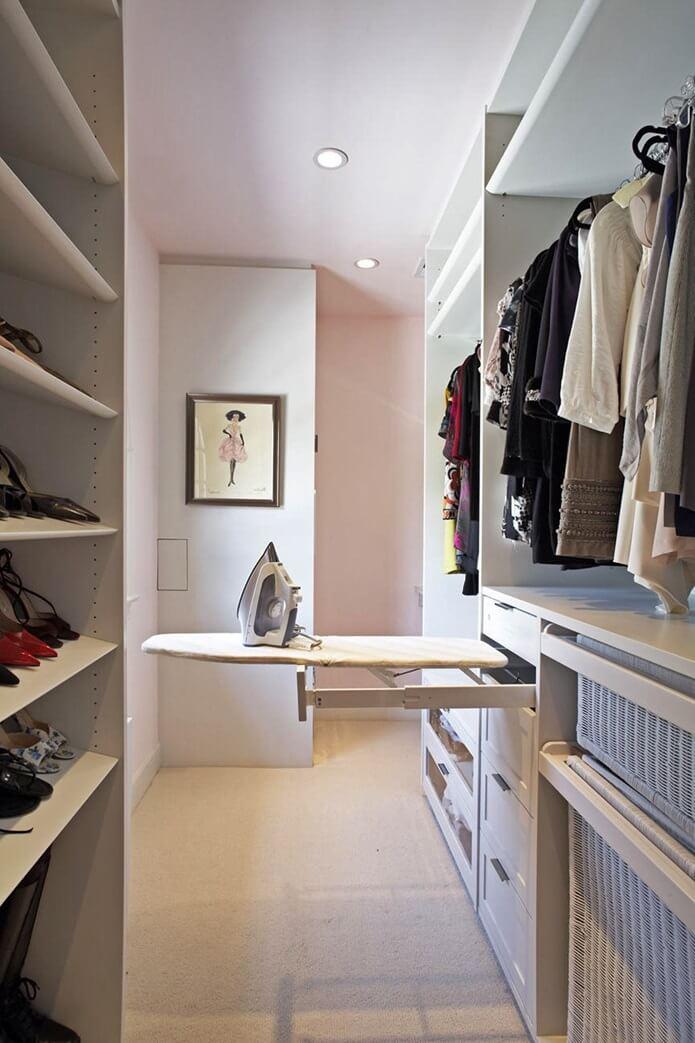 Выдвижная гладильная доска в гардеробной фото