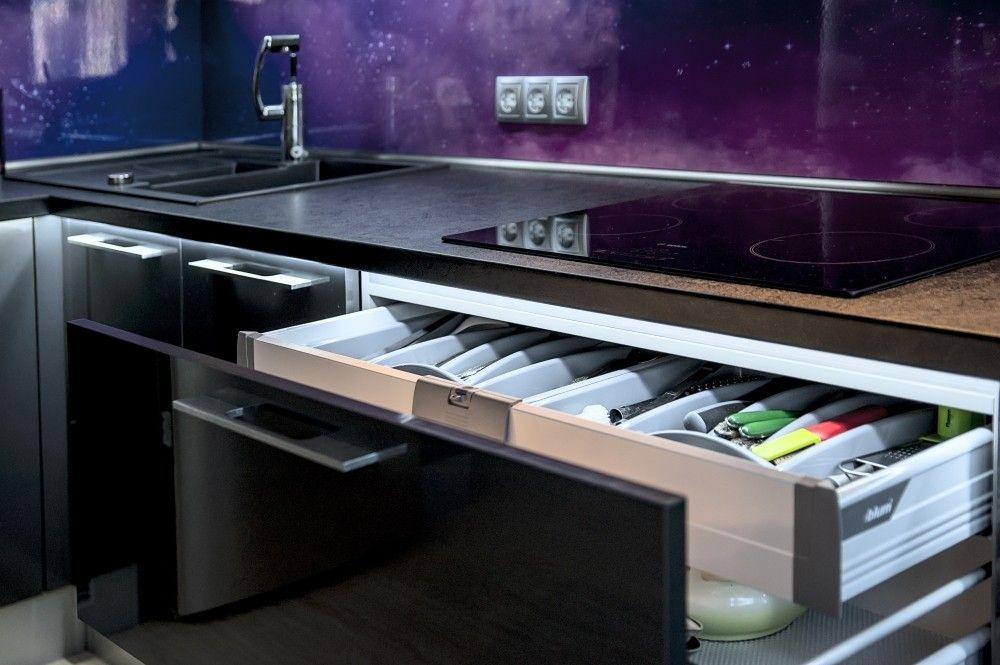 Выдвижные ящики на кухне в стиле хай-тек