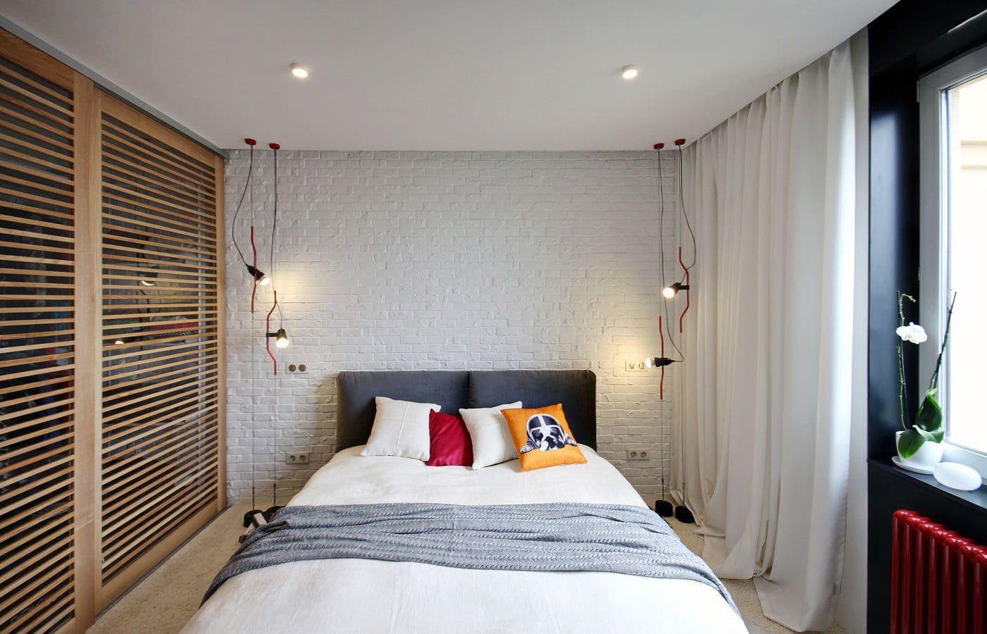 Матовый натяжной потолок в спальне - фото